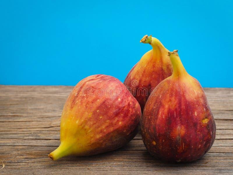Ny fikonträdfrukt på trägamla bräden arkivfoto