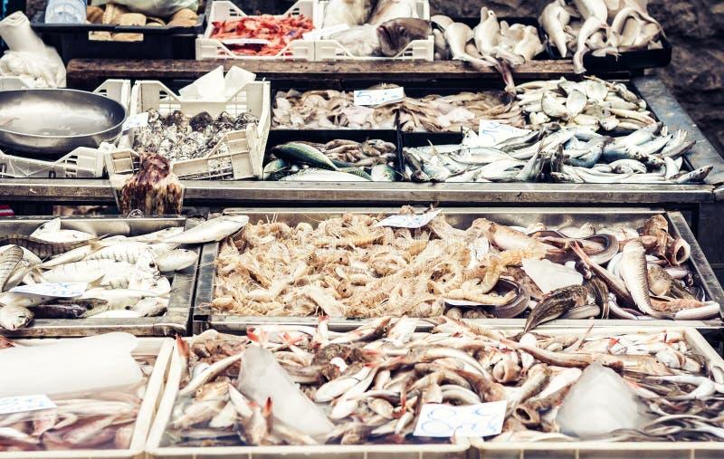 Ny fisk och havs- till salu i fiskmarknaden av Catania, Sicilien, Italien arkivfoton