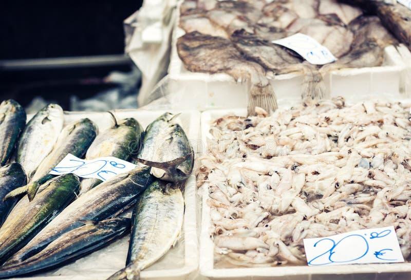 Ny fisk och havs- till salu i fiskmarknaden av Catania, Sicilien, Italien fotografering för bildbyråer