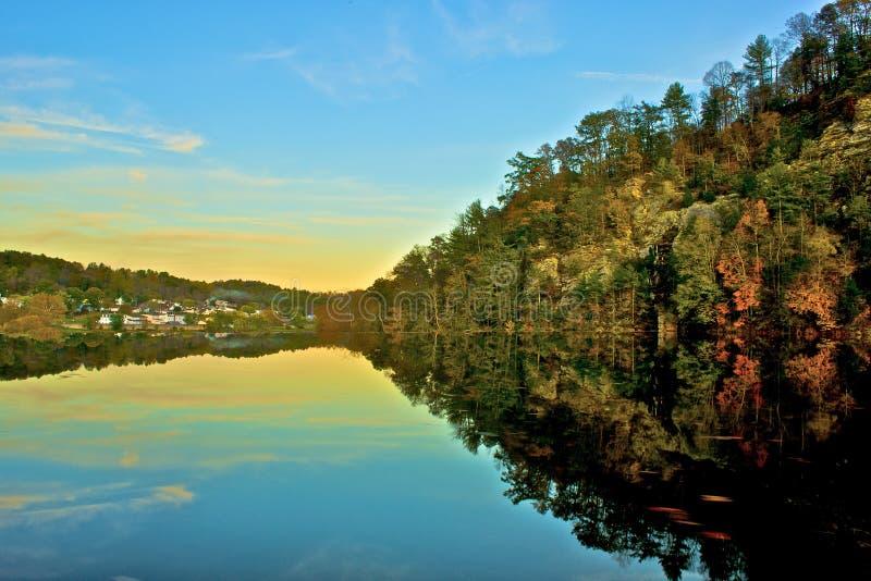 Ny flod Autumn Reflections, småfiskar, Virginia royaltyfria foton