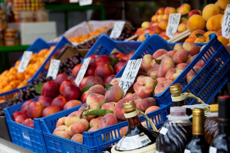 Ny frukt på försäljning på marknaden fotografering för bildbyråer