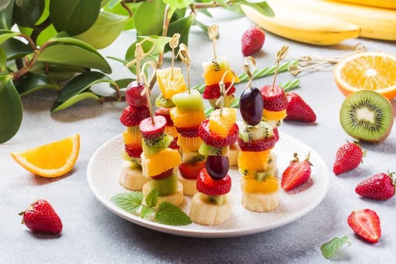 Ny frukt p? stekn?lar Begreppsbuffé för ett sommarparti royaltyfri bild