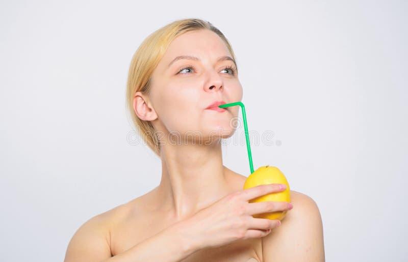 ny fruktfruktsaft citronbatteri kvinna med grovt sulstift p? citronen Vitaminet bantar mat sund hud energi och positivt lynne arkivfoton