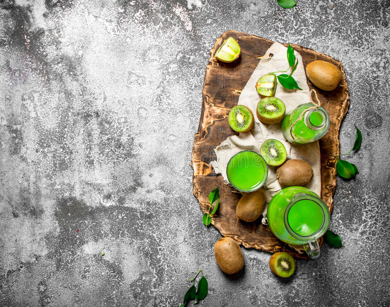 Ny fruktsaft av kiwiskivor arkivbilder