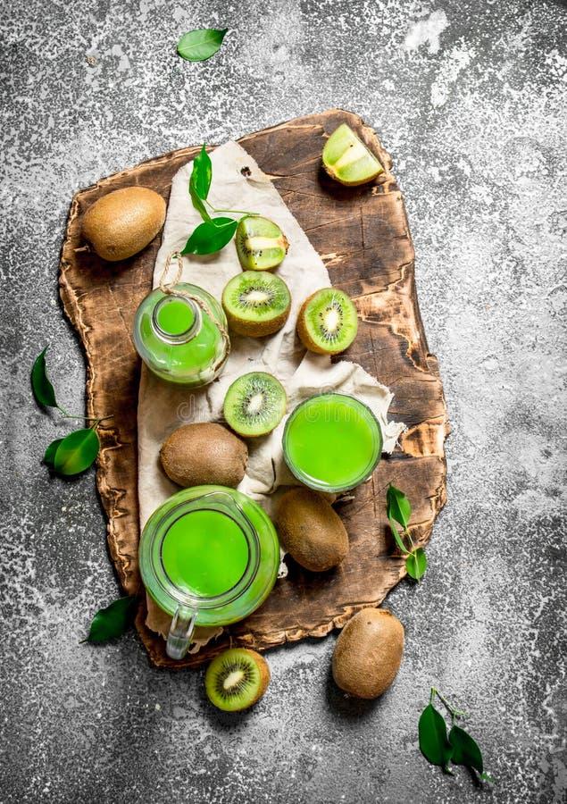 Ny fruktsaft av kiwiskivor arkivbild