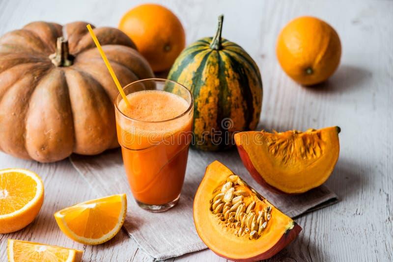 Ny fruktsaft för pumpa med ingredienser på vit träbakgrund Sund drink för Detox arkivbild
