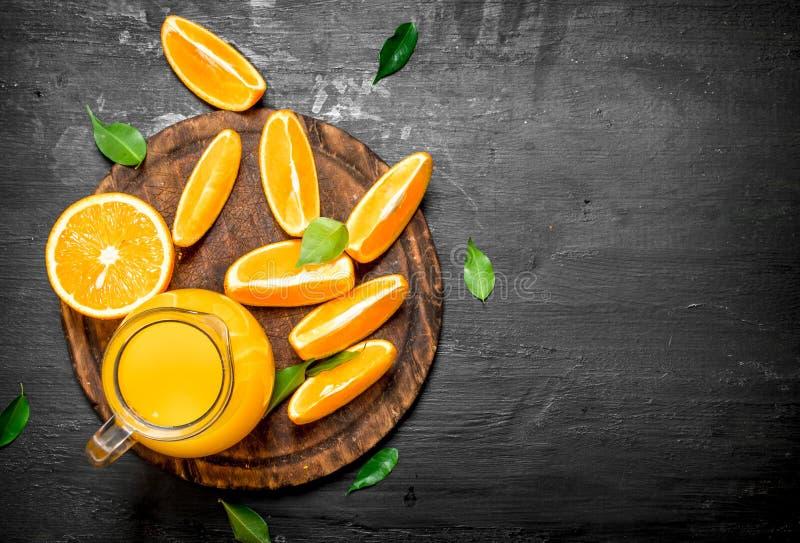 Ny fruktsaft från apelsiner med sidor royaltyfri foto