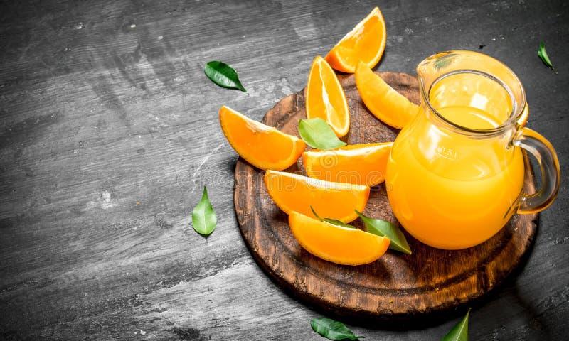 Ny fruktsaft från apelsiner med sidor arkivbild