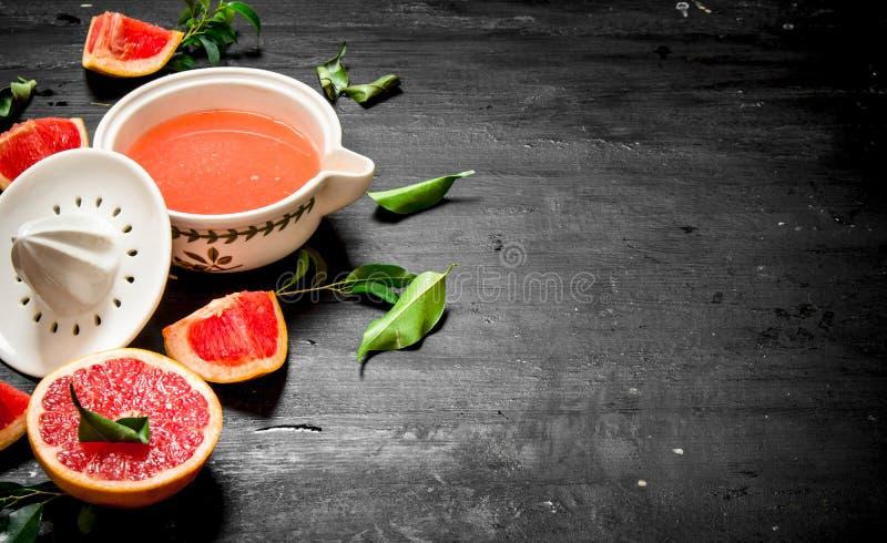 Ny fruktsaft från grapefrukter arkivbild