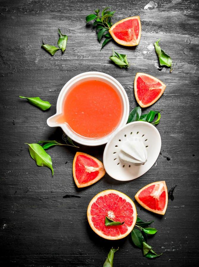 Ny fruktsaft från grapefrukter arkivfoto