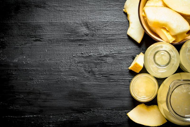 Ny fruktsaft från mogna melon i kannan och exponeringsglasen royaltyfri fotografi