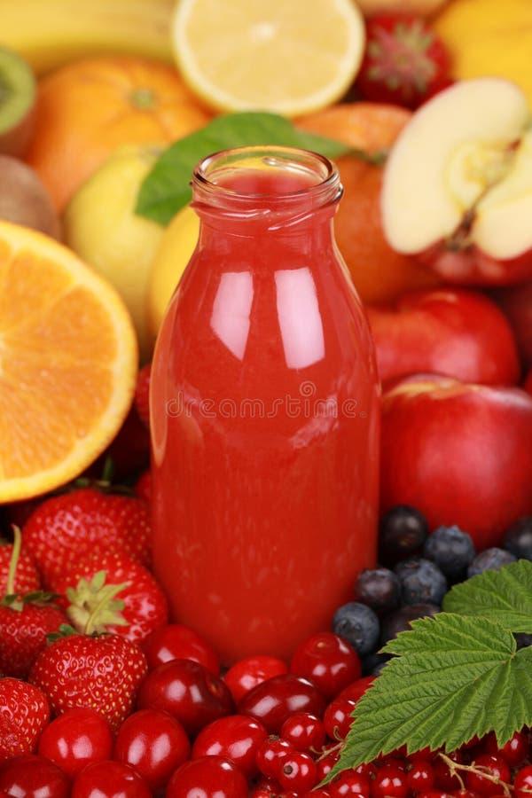 Ny fruktsaft från röda frukter royaltyfri foto