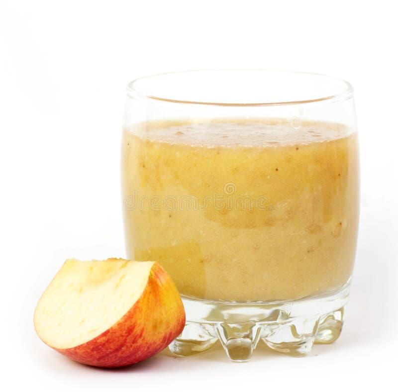 Ny fruktsaftcoctail med äpplet i ett exponeringsglas. arkivbild