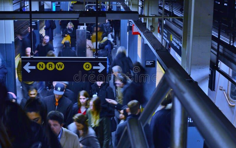 NY-gångtunnelfolk i trängt ihop upptaget underjordiskt drev för gångtunnelstation arkivbild