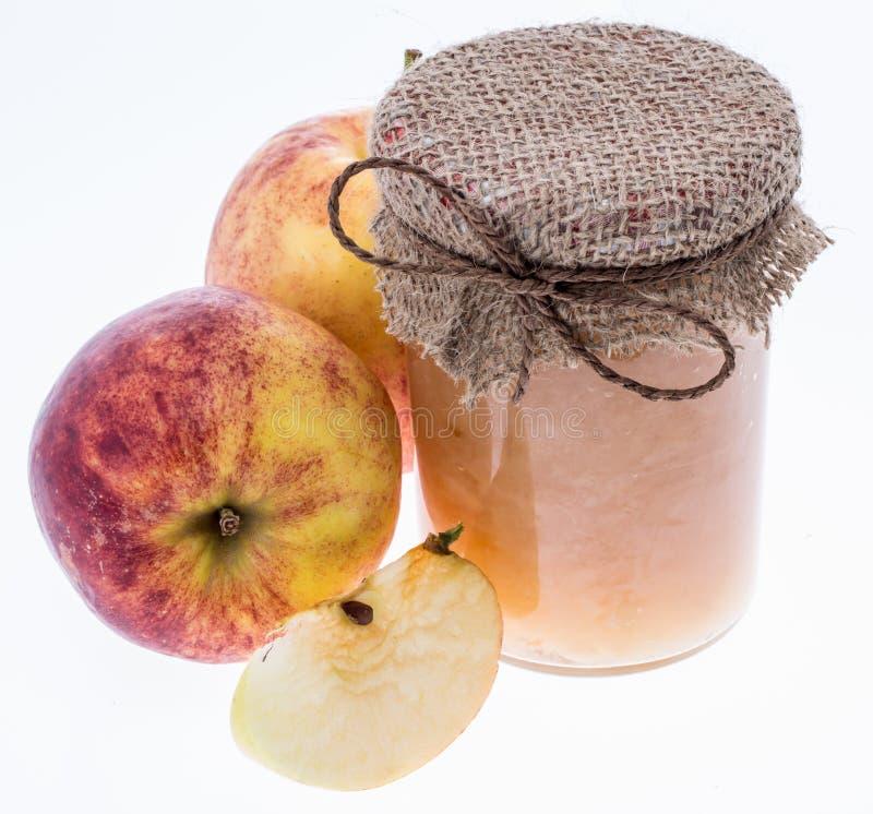 Ny gjord applesauce som isoleras på white arkivfoton
