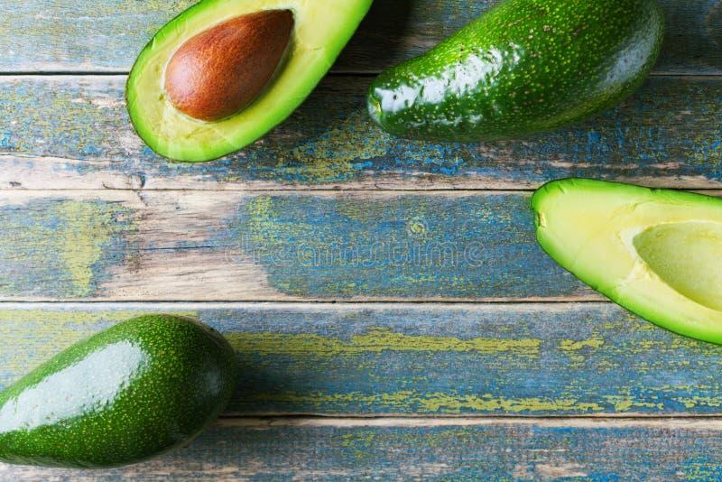 Ny grön avokado på bästa sikt för tappningträtabell Organisk wellnessmatbakgrund Kopiera utrymme för text royaltyfria foton