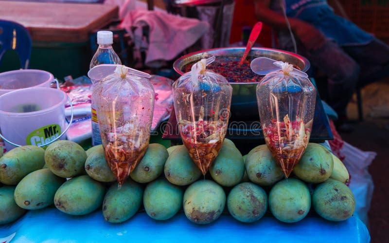 Ny grön mango på försäljningen på marknaden, Sakon Nakhon, Thailand arkivbild