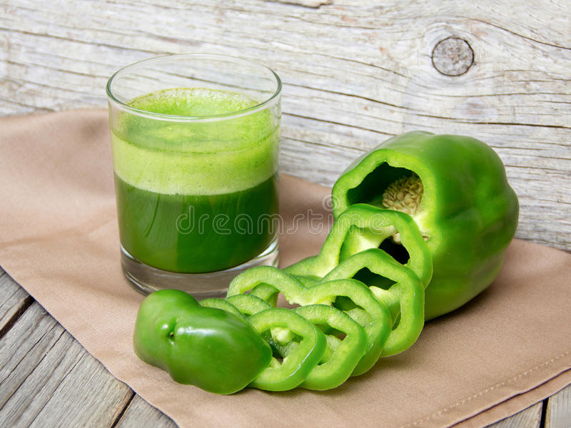 Ny grön papricasmoothiefruktsaft arkivfoton