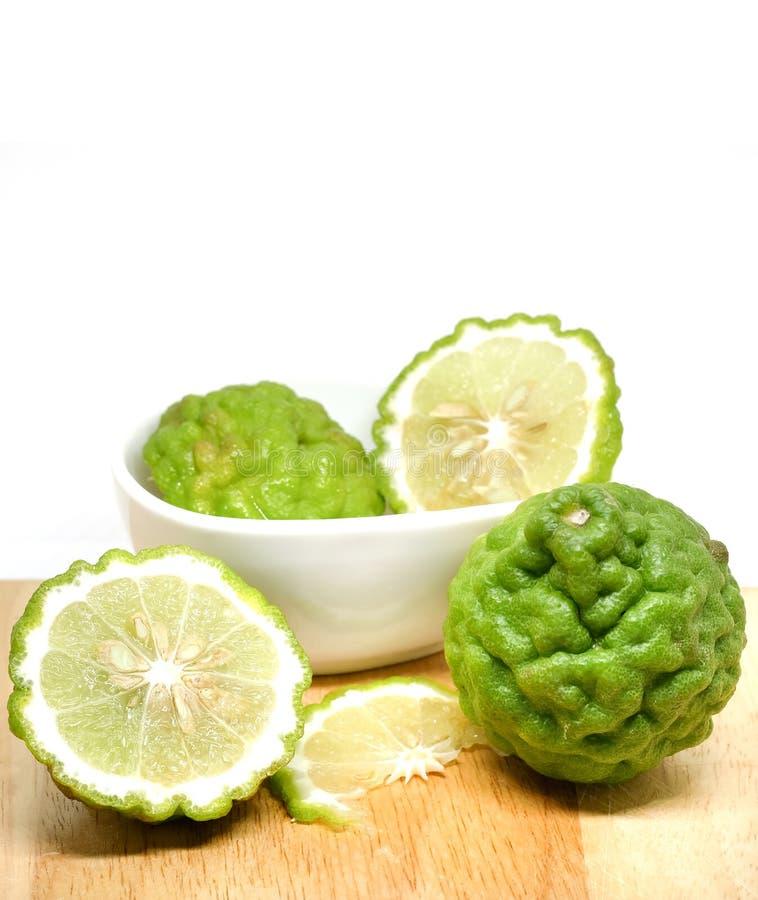 Ny grön skiva för bergamot- eller blodigellimefruktfrukt på träplattan royaltyfri foto