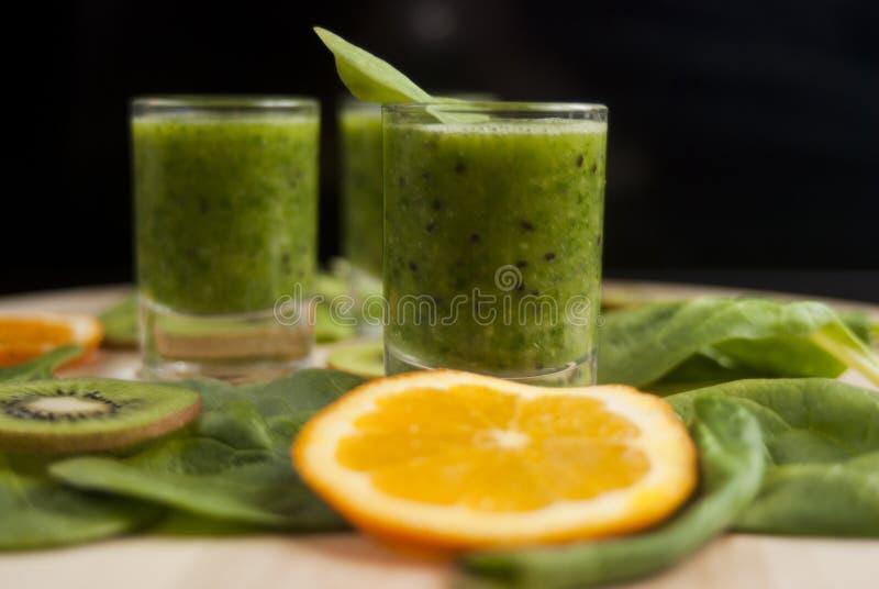 Ny grön smoothie med spenat och kiwin royaltyfria foton
