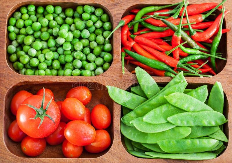 Ny gröna ärtor, tomat och chili arkivfoto