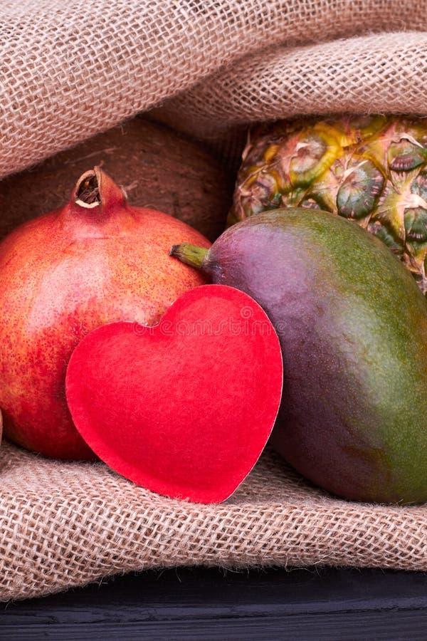 Ny granatäpple, mango och ananas royaltyfria foton