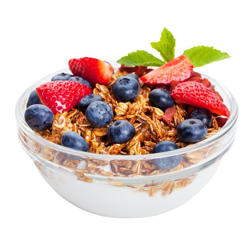 Ny granola för sund frukost, mysli i bunke med bär som isoleras på vit royaltyfria bilder