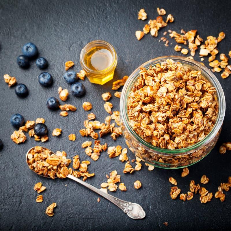 Ny granola för sund frukost, mysli med bär, honung arkivbild