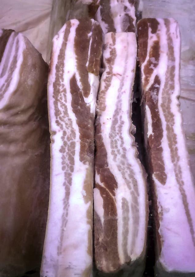 Ny grisköttbuk i matvaruaffärfall royaltyfria foton