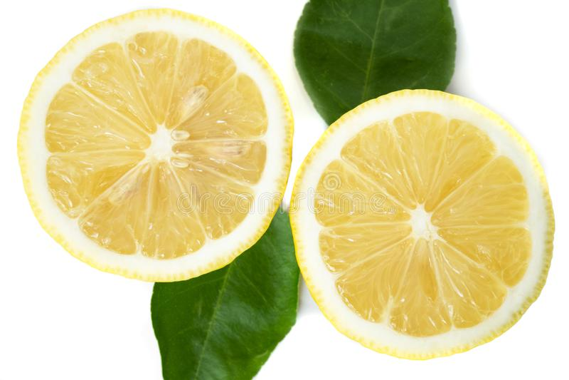 Ny gul citron med det gr?na bladet p? vit bakgrund royaltyfri bild