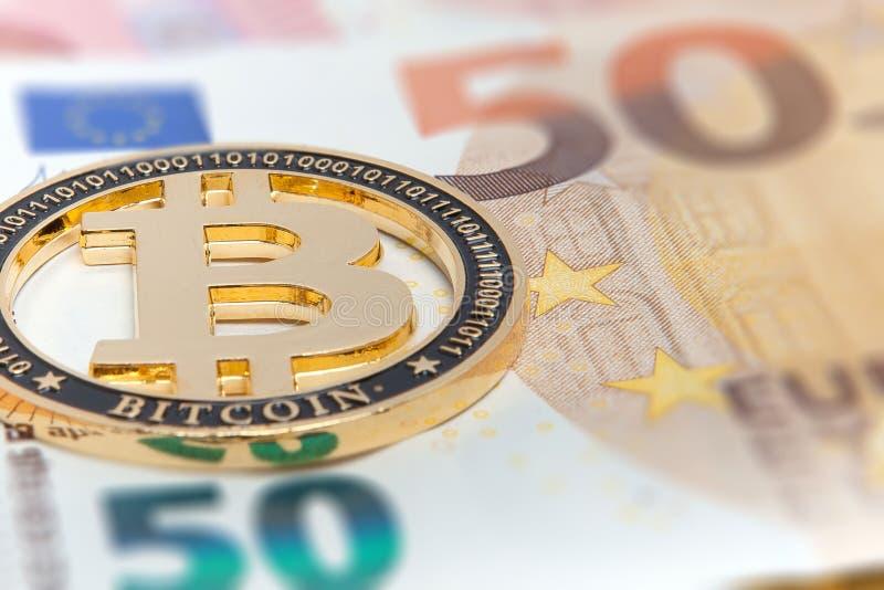 Ny guld- bitcoin på bakgrund för femtio eurosedlar Bitcoin crypto valuta, Blockchain teknologi, digitala pengar som bryter royaltyfria bilder