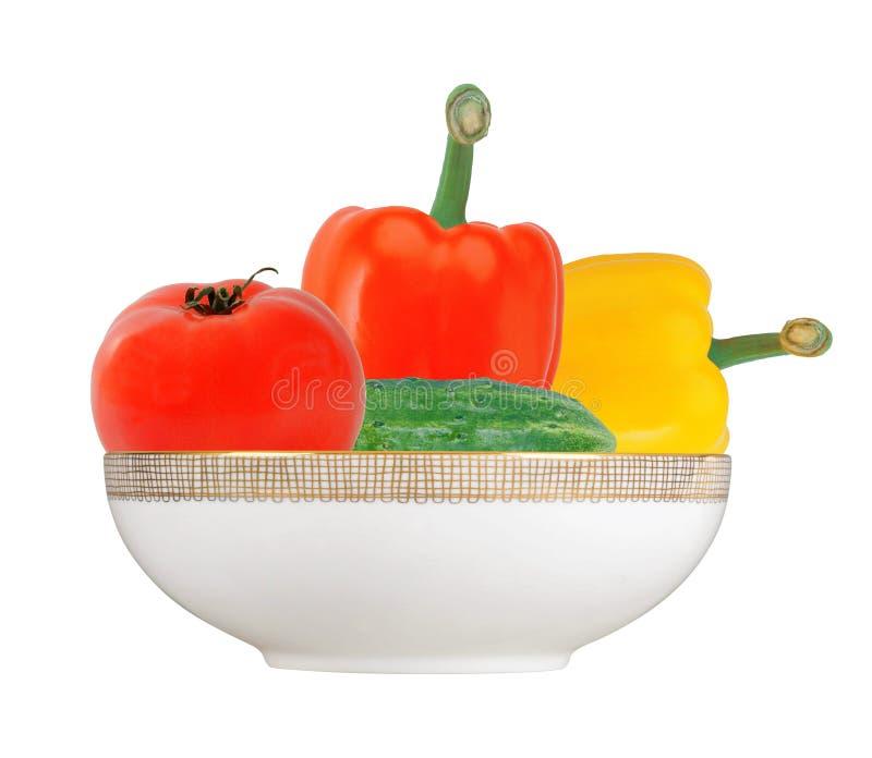 Ny guling och röd paprika pepprar, tomaten, gurka i platta arkivfoto
