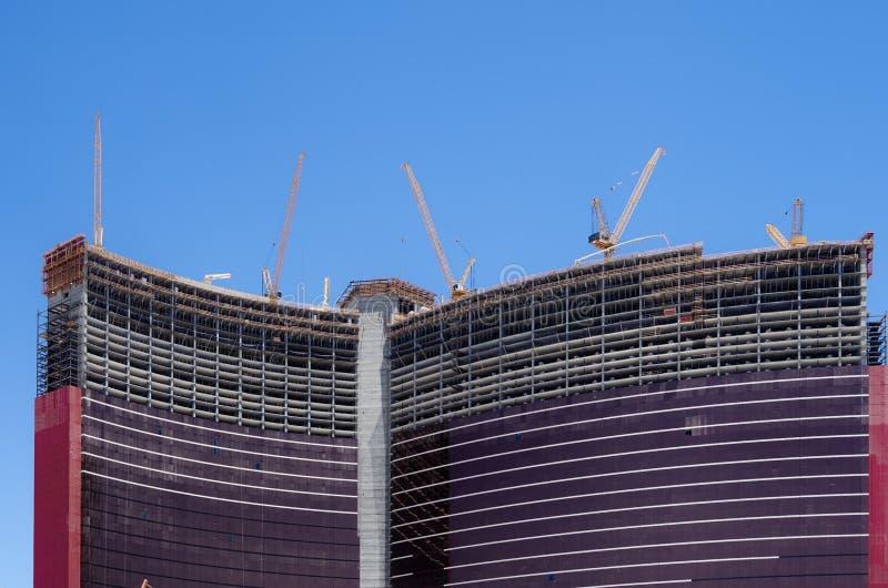Ny hög konstruktion för löneförhöjninghimmelskrapa royaltyfri bild