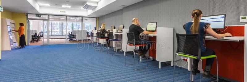 Ny högskola som är inre med arbetsstationer royaltyfri foto