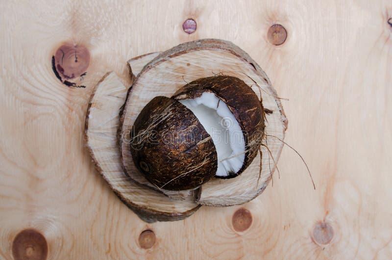 Ny halverad kokosnöt på ljus träbakgrund Organiskt sunt matbegrepp Skönhet och Spa Eco naturstil lantligt arkivbilder