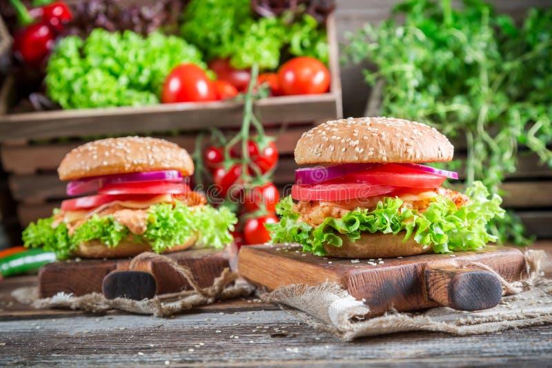 Ny hamburgare med höna arkivfoto