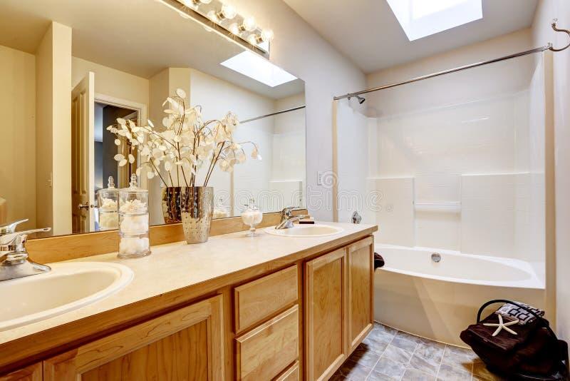 Ny hem- badruminre med dusch- och badkombinationen, wood kabinett royaltyfria bilder