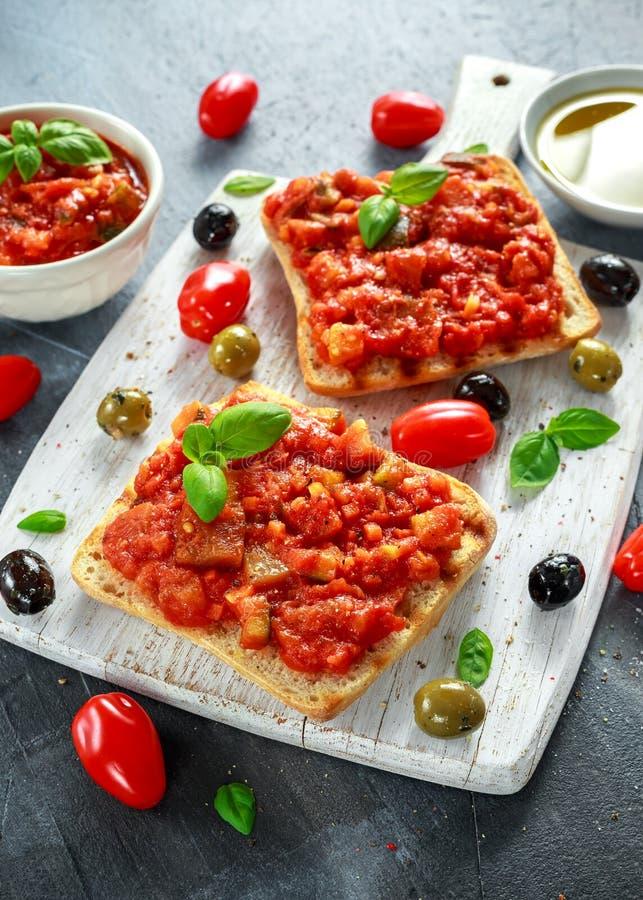 Ny hemlagad frasig italiensk aptitretare Bruschetta som överträffas med tomaten, aubergine, zucchini, gul peppar, vitlök och royaltyfria foton