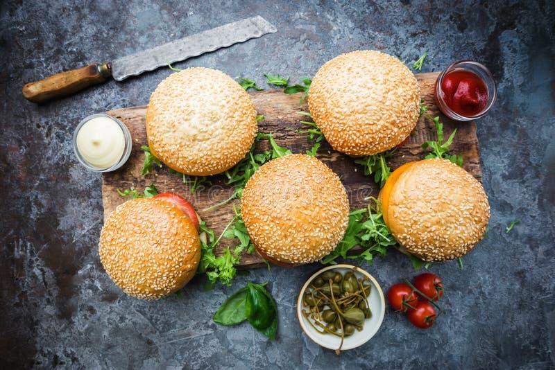 Ny hemlagad hamburgare fotografering för bildbyråer