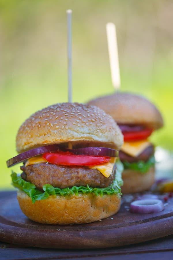 Ny hemlagad hamburgare som tjänas som på trä royaltyfria bilder