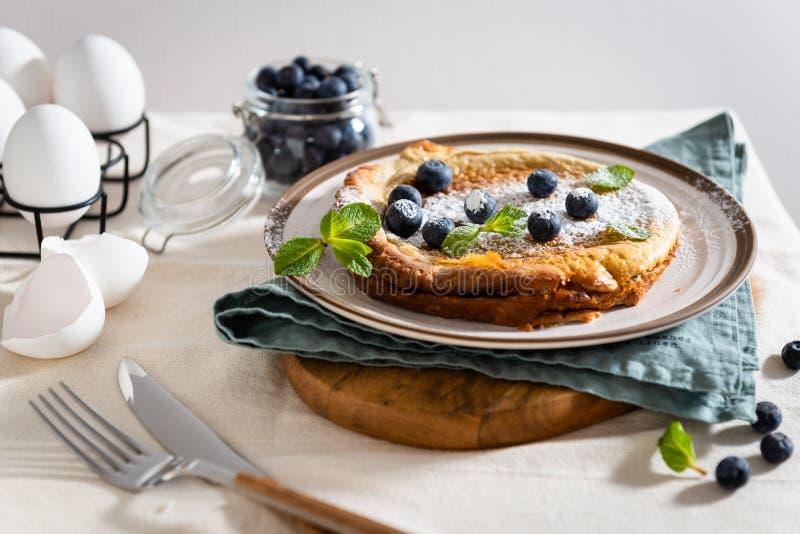 Ny hemlagad holl?ndare behandla som ett barn pannkakan med bl?b?r och mintkaramellen p? lantlig linnebakgrund Frukost restaurang, royaltyfria foton