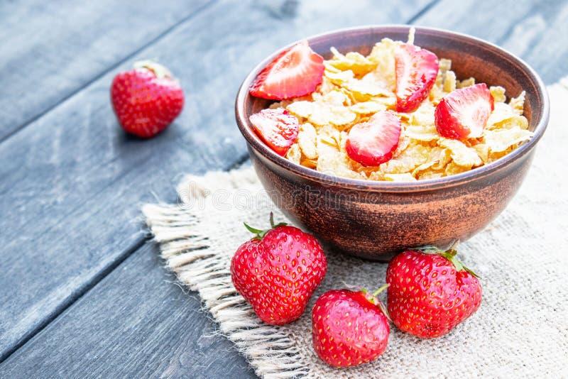 Ny hemlagad mysli, mysli med jordgubbar i en platta på ett mörkt - grå bakgrund, selektiv fokus royaltyfria foton