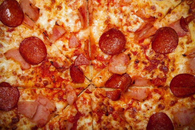 Ny hemlagad Pizza Ätlig bakgrund tonat royaltyfri bild