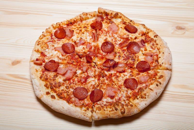 Ny hemlagad pizza på den ljusa trätabellen royaltyfri fotografi