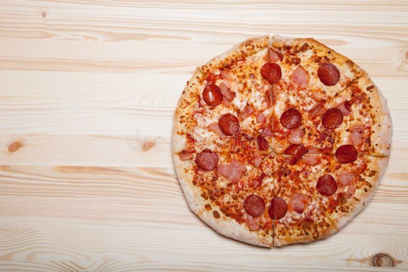 Ny hemlagad pizza på den ljusa trätabellen fotografering för bildbyråer