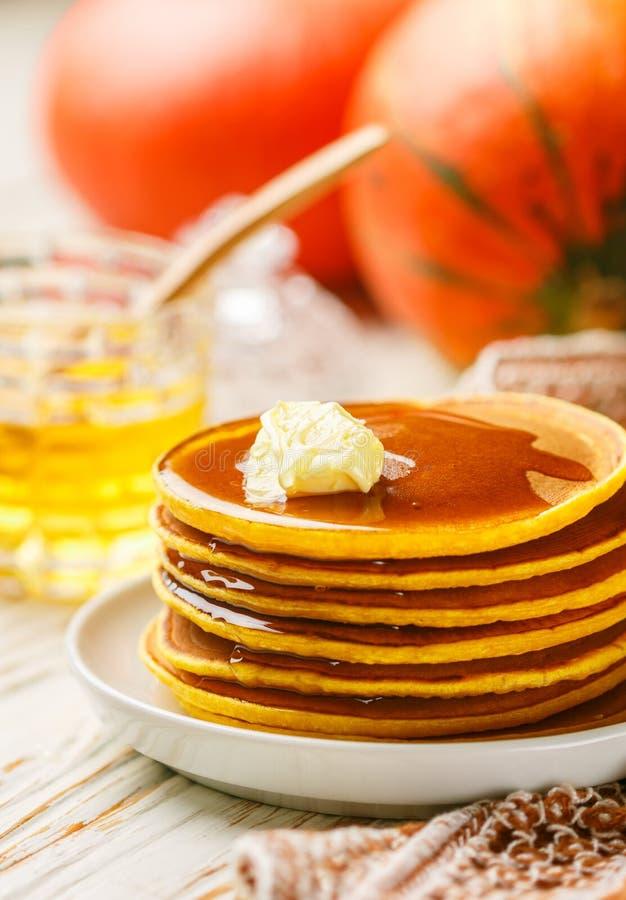 Ny hemlagad pumpapannkaka med honung och smör i en vit platta royaltyfri bild