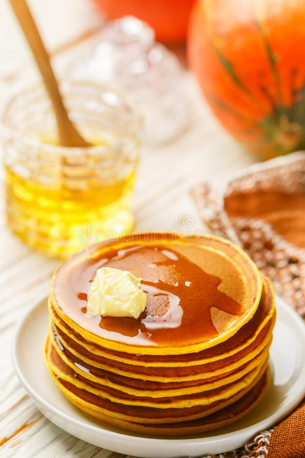 Ny hemlagad pumpapannkaka med honung och smör i en vit platta royaltyfria bilder