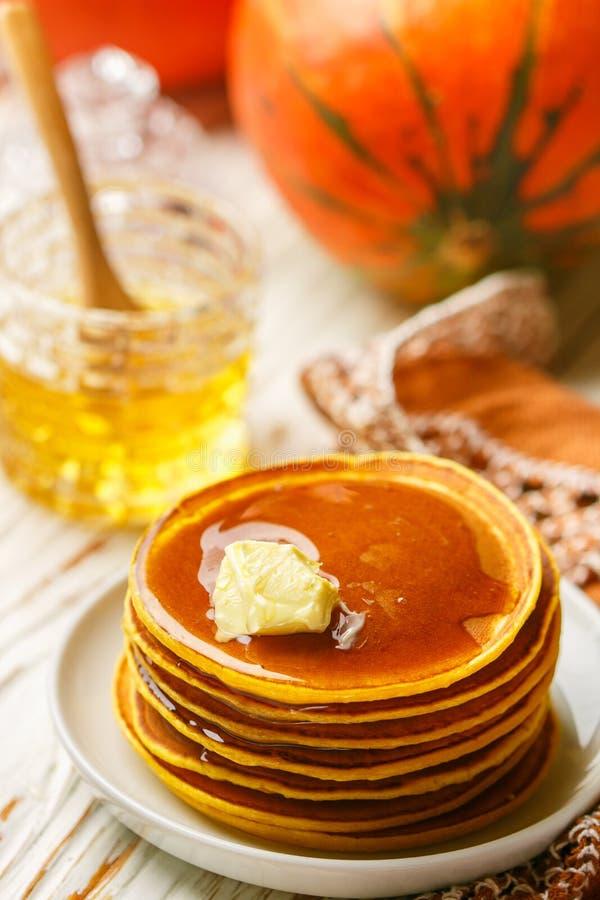 Ny hemlagad pumpapannkaka med honung och smör i en vit platta royaltyfria foton