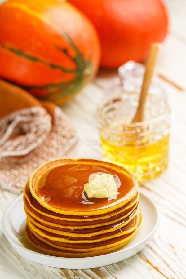 Ny hemlagad pumpapannkaka med honung och smör i en vit platta royaltyfri fotografi