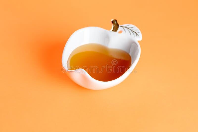 Ny honung i en exponeringsglasbunke Bästa sikt, kopieringsutrymme, livlig bakgrund Minsta stil arkivfoton